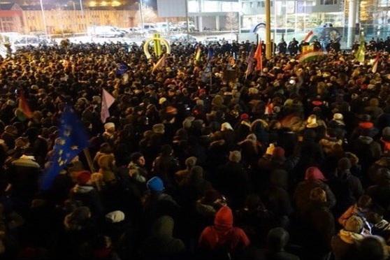 تظاهرات هزاران نفری مردم در مقابل ساختمان تلویزیون دولتی مجارستان