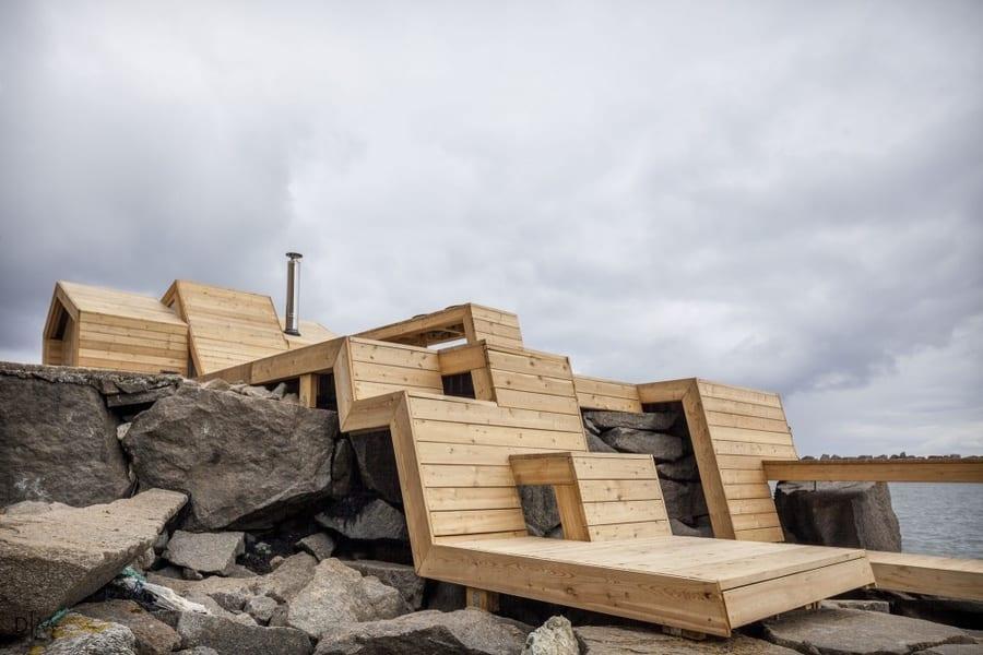 ساختمانی امتداد یافته در کنار دریا