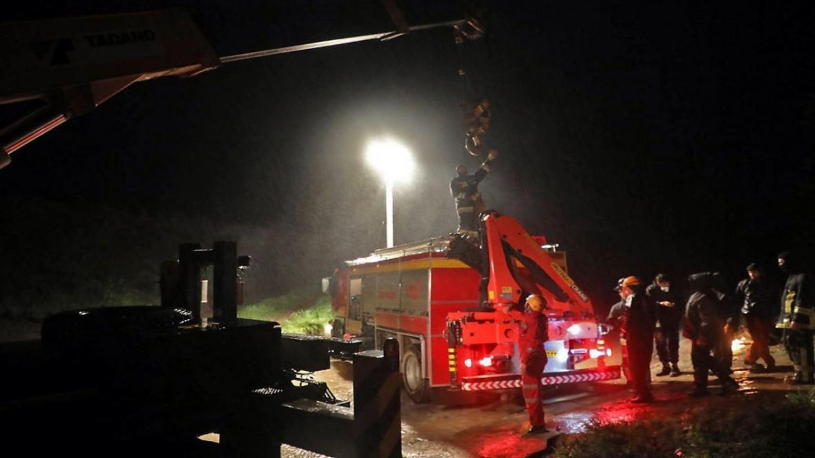 نجات 10 گرفتار در سیلاب در منطقه هفت حوض مشهد
