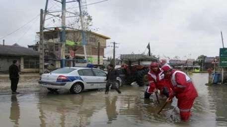 خبرنگاران امدادرسانی هلال احمر به خودروهای گرفتار در سیل لیقوان