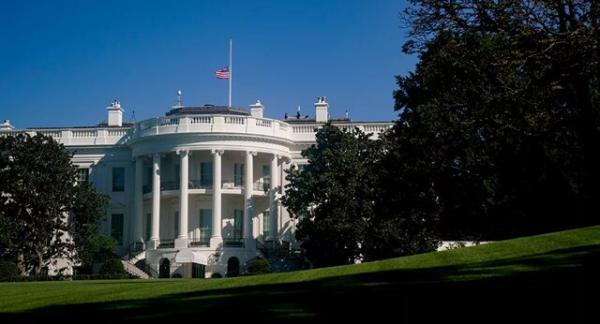 بایدن دستور نیمه افراشته شدن پرچم های کاخ سفید را داد