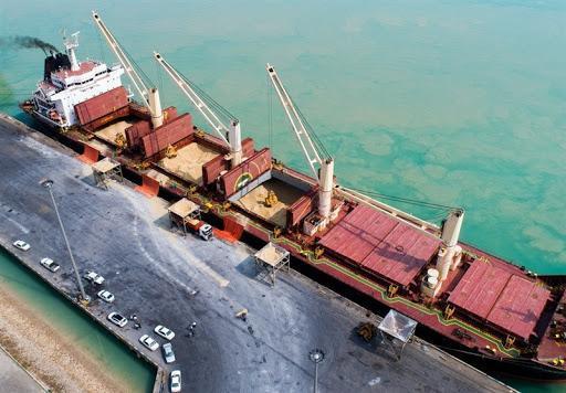 پهلوگیری کشتی حامل 68 هزار تن شکر خام در بندر امام