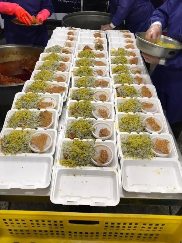 گزارش تصویری توزیع غذا میان همراهان بیمار به همت خادمیاران رضوی